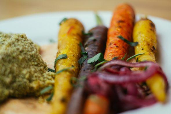 bakedchicken-with-heirloomcarrots-spicyyogurt-23_web